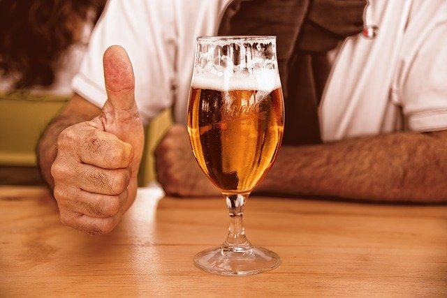 Mann mit Bierglas